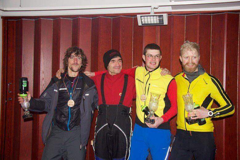 Los ganadores junto Àlex Simón, el organizador de la prueba: de izq. a dcha Martín Campoy, Àlex, Elias Van Hoeydonk y John Ross