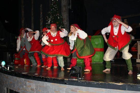 Espectáculo de elfos bailando en Santa Park Rovaniemi