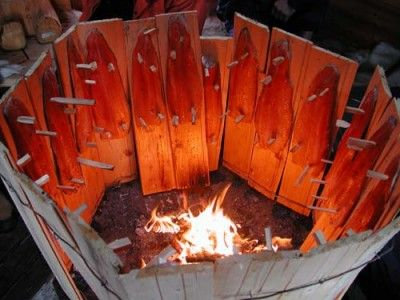 Salmón a la llama, la forma más tradicional de cocinar el salmón en Laponia