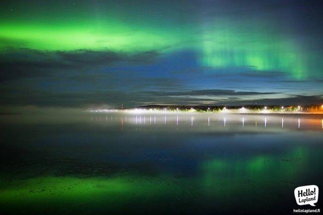 Aurora boreal reflejada en el río, Rovaniemi, Laponia, Finlandia
