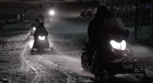 motos de nieve en excursión por la noche