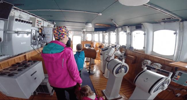 Visitantdo el puente de mandos del rompehielos Sampo
