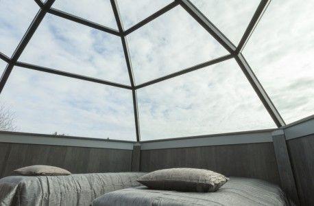 Dormir bajo el sol de medianoche, una aurora boreal o una tormenta de nieve.
