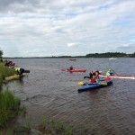 Agrupación de kayaks durante la travesía del Kemijoki Experience 2014