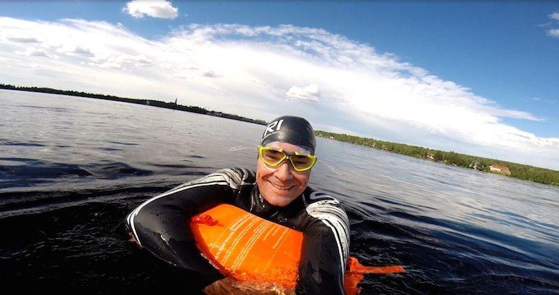 Àlex cruzando a nado el río Kemijoki en Rovaniemi