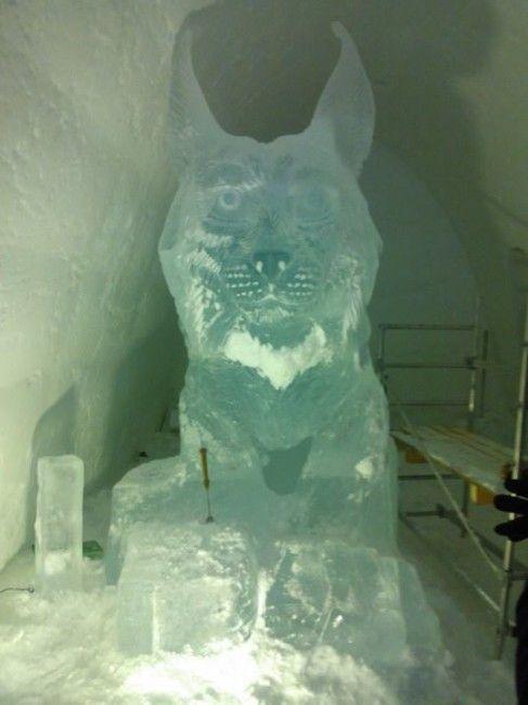 Trabajando en una de las estatuas de hielo en el Snow Village de Lainio, Laponia, Finandia.