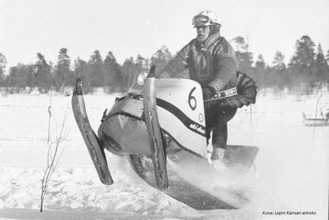 Sami y moto de nieve