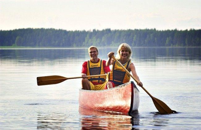 Canoa en un lago del parque nacional Lemmenjoki