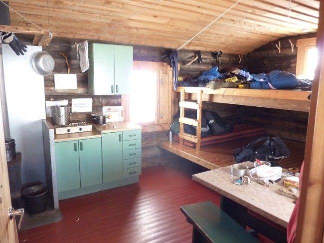 Interior de un refugio-libre en Finlandia.