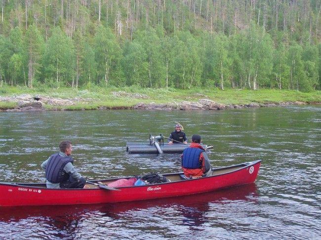 Canoa y buscador de oro en el Ivalojoki