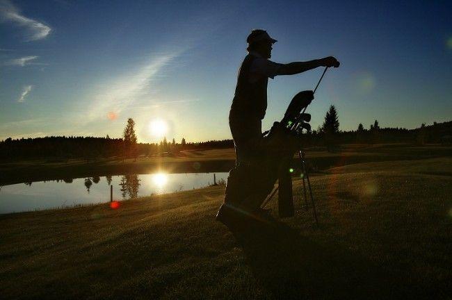 Jugando al golf durante el Sol de Medianoche