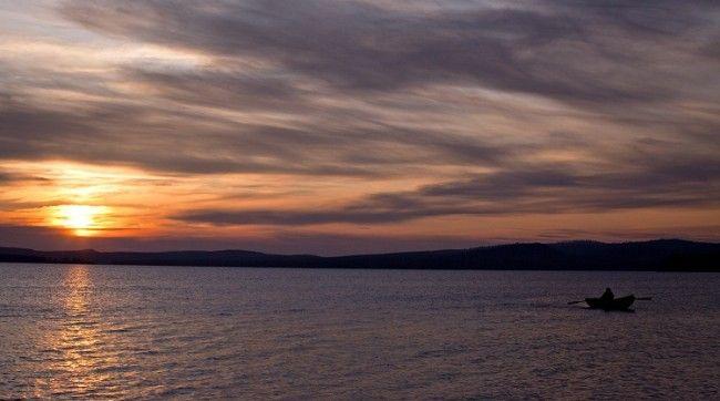 Sol de medianoche en el lago Inari