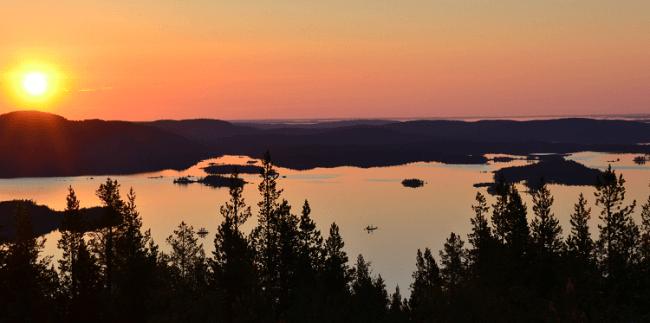 Vista de una pequeña porción del lago Inari desde la colina de Sovintovaara