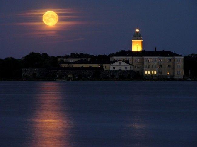 Iglesia de Suomenlinna bajo la luna llena