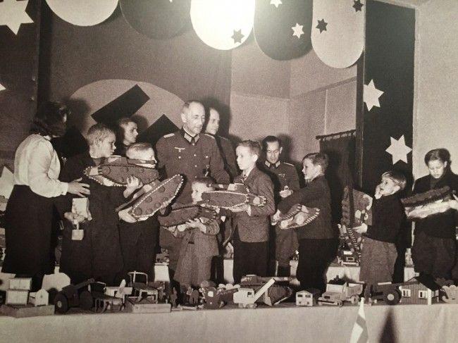 Fiesta organizada por los nazis para los niños