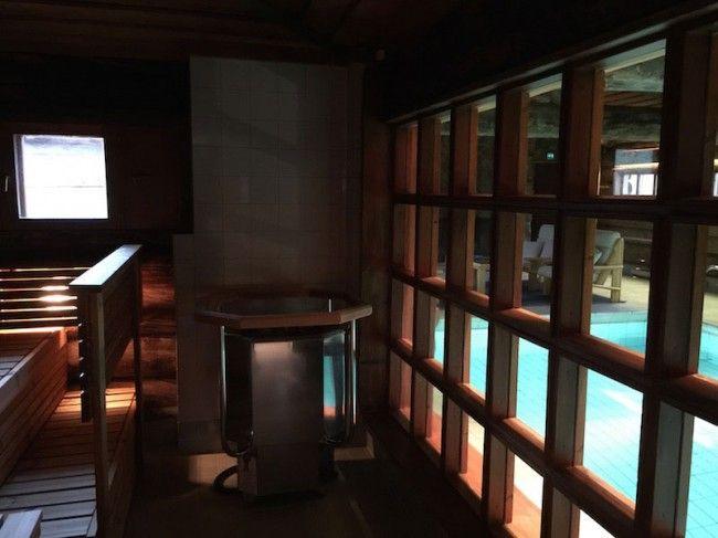 La piscina vista desde el interior de una de las sauna del Jávri