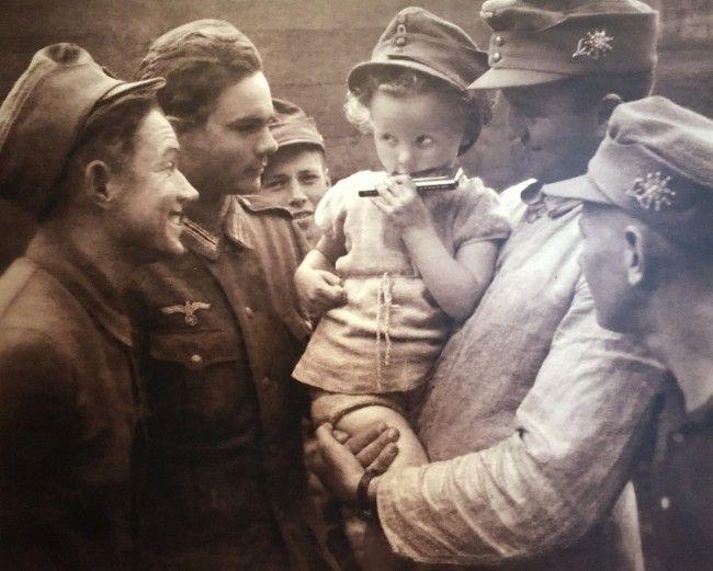 Soldados y niña