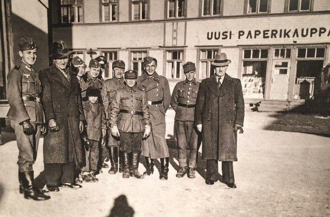Soldados finlandeses, nazis y civiles en Rovaniemi