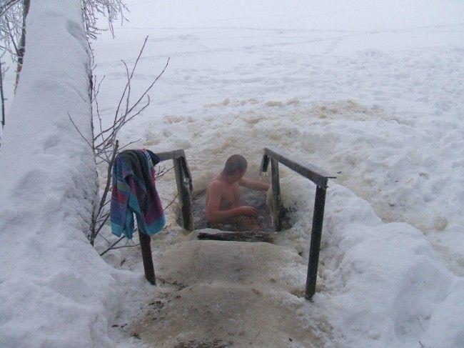 Agujero en el lago helado frente a la sauna