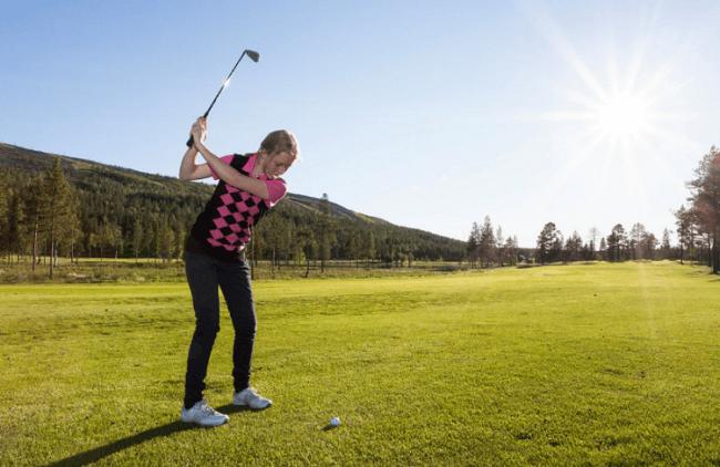 Jugando al golf en Levi