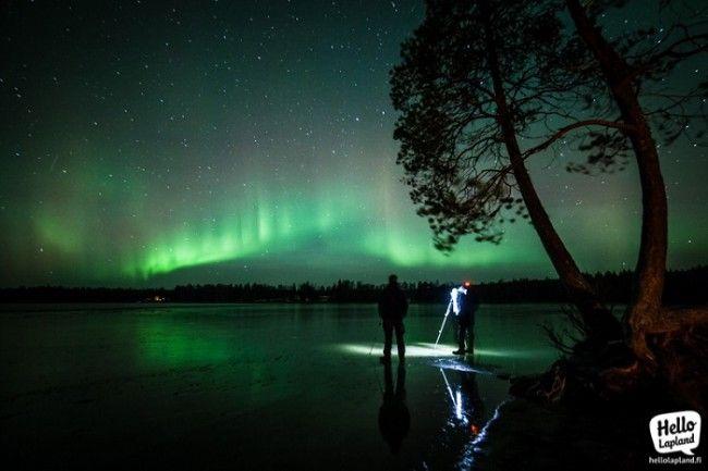 Los fotógrafos usan trípodes para capturar la Aurora Boreal