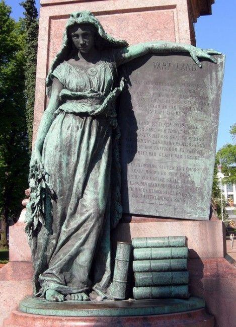 Detalle estatua con la letra del himno de Finlandia