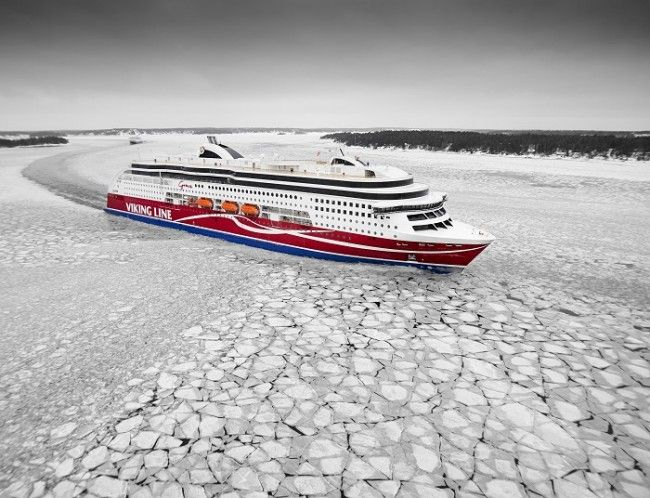 El Viking Grace navegando entre el hielo