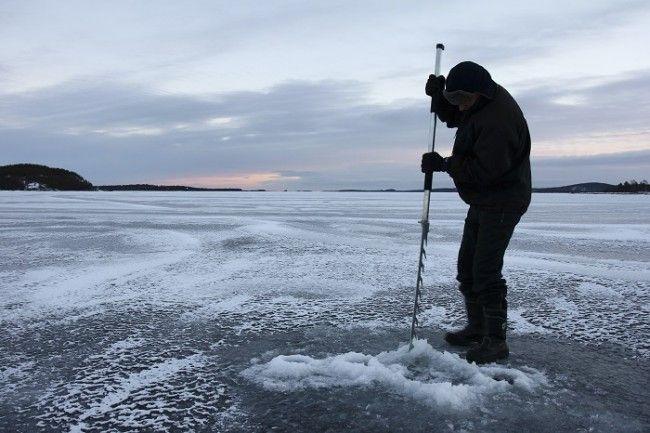 Pesca en el hielo en el lago Inari