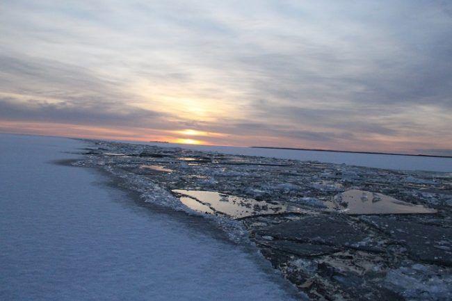 Canal realizado por el rompehielos Polar Explorer