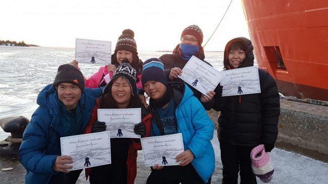 Grupo de turistas con el diploma de recuerdo de su visita