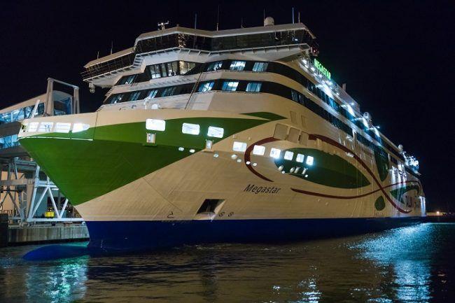 El ferry Megastar en el puerto de Helsinki