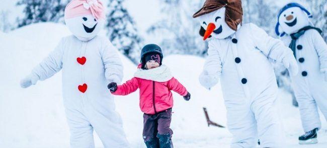 El muñeco de nieve la mascota de Snowman World siempre esta presente y juega con los niños