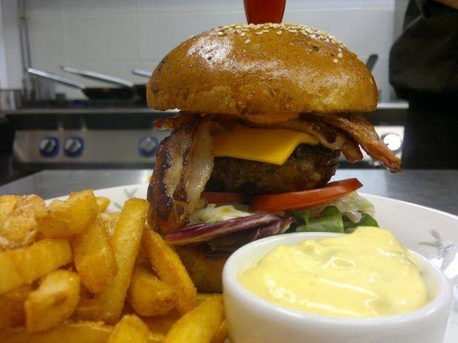 Los amantes de las hamburguesas tienen una buena excusa para visitar el restaurante Ensilumi