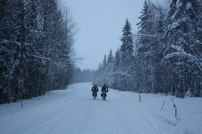 Participantes en una de las carreteras por donde atraviesa el circuito de la Rovaniemi150