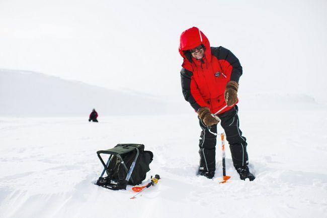 Haciendo el agujero para pescar en el hielo