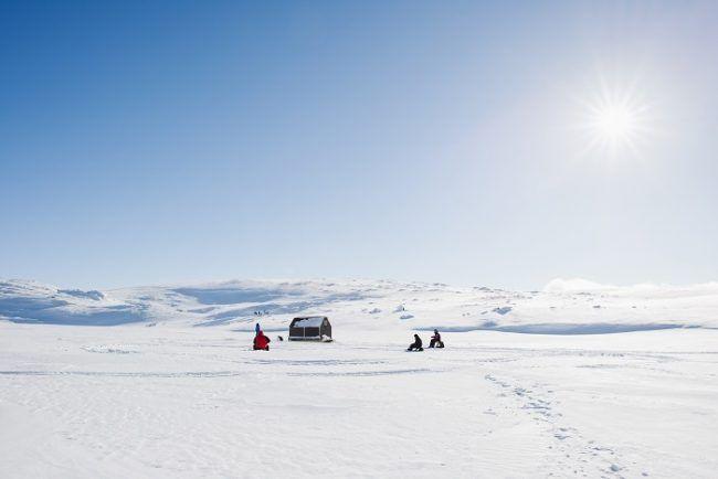 Magnifico día de primavera para pescar en el hielo