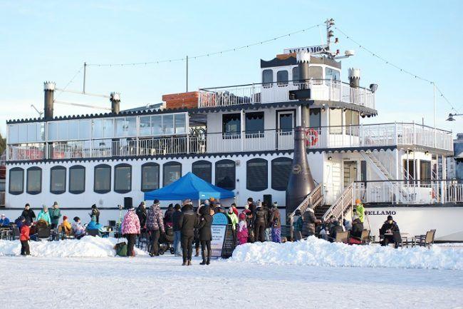 Una terraza en invierno en el puerto de Lahti