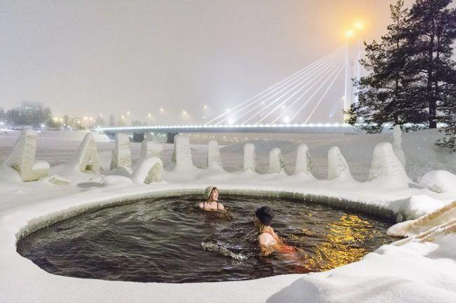 Nadando a medianoche en Rovaniemi