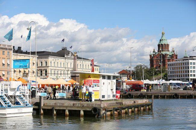 Mercado del puerto de-Helsinki. Al fondo la catedral ortodoxa. La Iglesia Roja