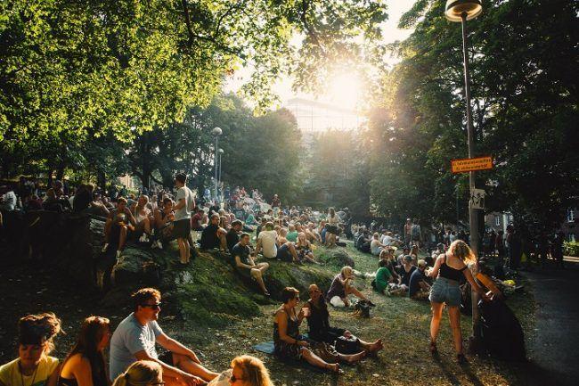 """Durante la """"Kallio-Block Party"""" miles de personas visitan este barrio"""