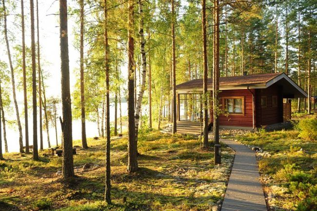 Pequeña cabaña en la orilla de un lago