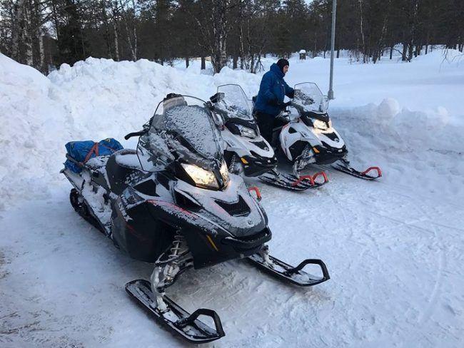 Motos de nieve preparadas para un safari deportivo