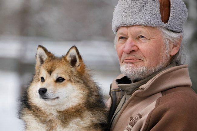 Reijo Jääskeläinen y uno de sus perros Spitz