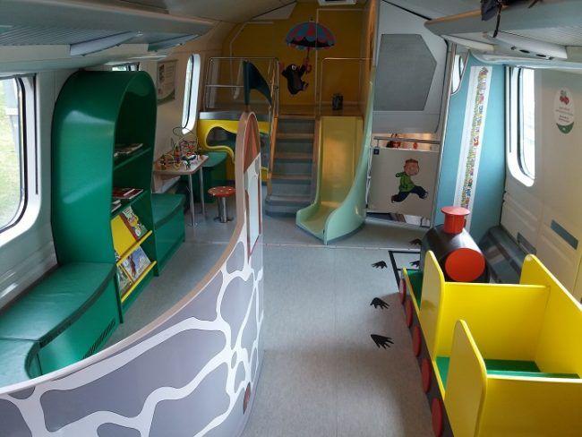 Espacio de juego para niños en uno de los vagones