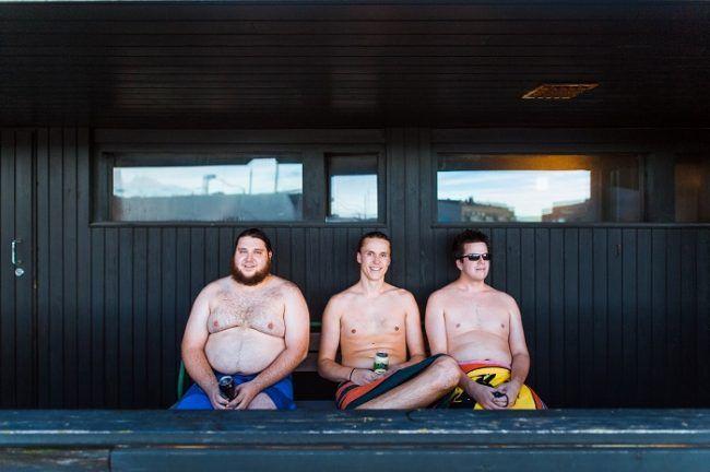 Finlandeses deleitando unas cervezas antes de entrar de nuevo en la sauna