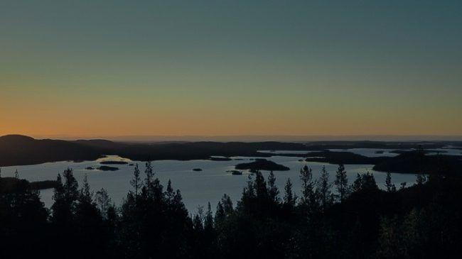 Detalle del lago Inari al anochecer