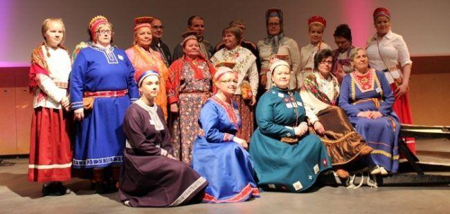 Mujeres Sami con sus trajes tradicionales dependiendo de la región de donde proceden