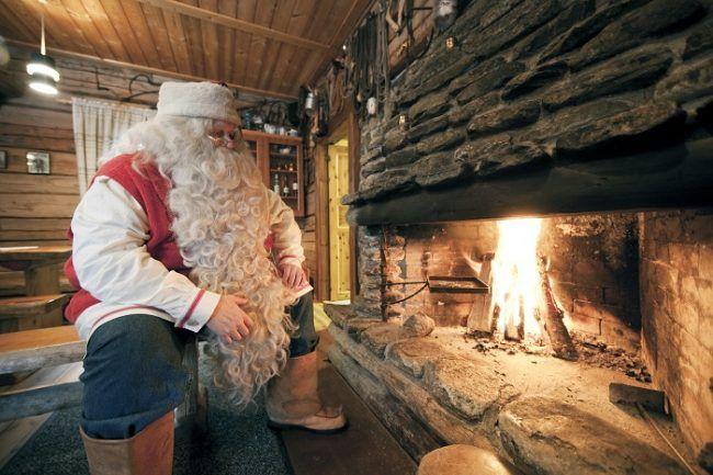 Papá Noel en la chimenea de su casa