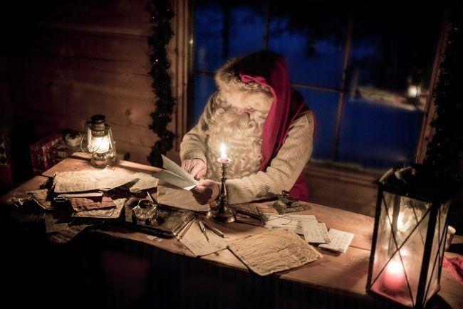 Papá Noel leyendo las cartas que le envían los niños