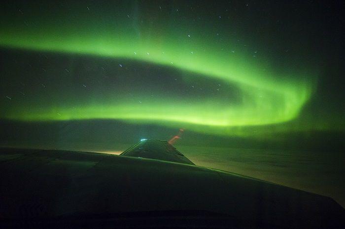 La Aurora Boreal vista desde el aire en un avión privado